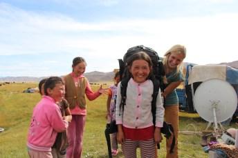 Backpackerin mit mongolischen Mädchen
