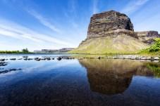 Der Berg Lomagnupur mit Spiegelung im Wasser davor