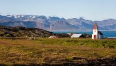 Panorama von Hellnar mit einer Kirche