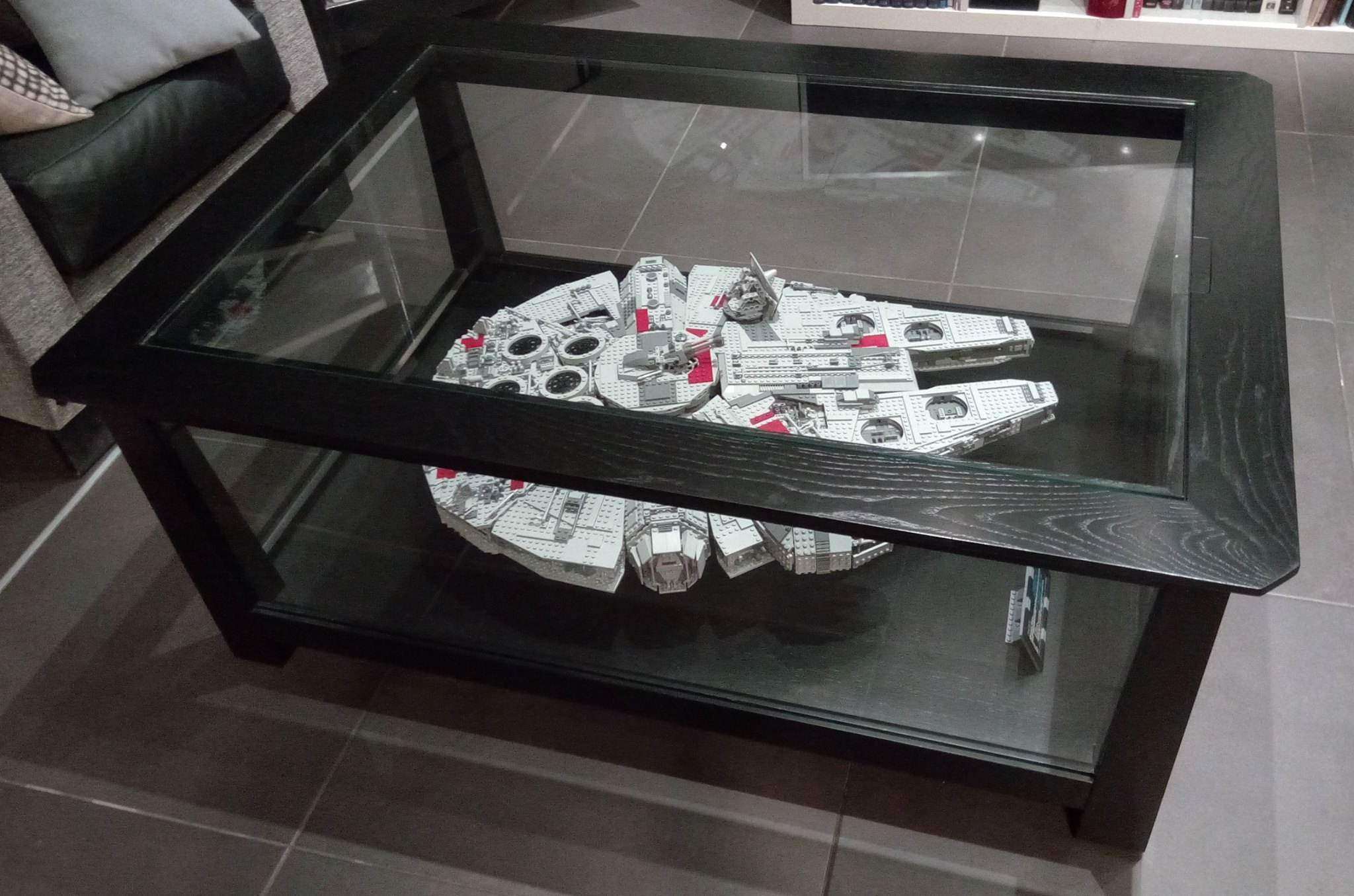 Exposer Son Millennium Falcon Lego Star Wars Hellobricks