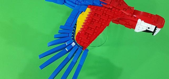 Ara rouge : quand on ne doit utiliser que les cinq couleurs primaires de LEGO…