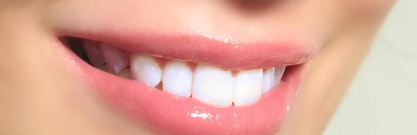 sbiancare i denti con il bicarbonato