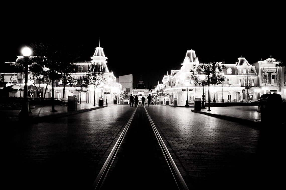 disneyland-paris-black-white-11