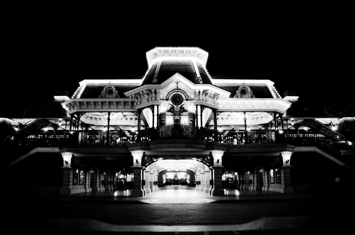 disneyland-paris-black-white-22