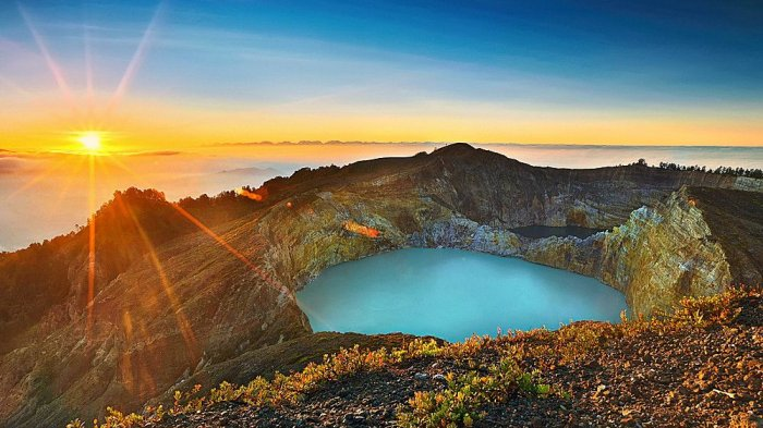 The three-color lake Kelimutu