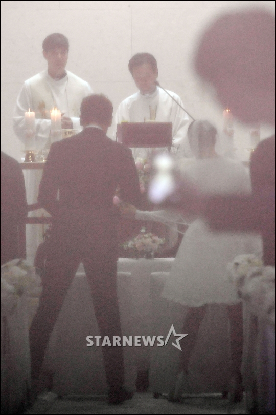 Korean Celebrities Rain and Kim Tae Hee Get Married In A Private Wedding Ceremony