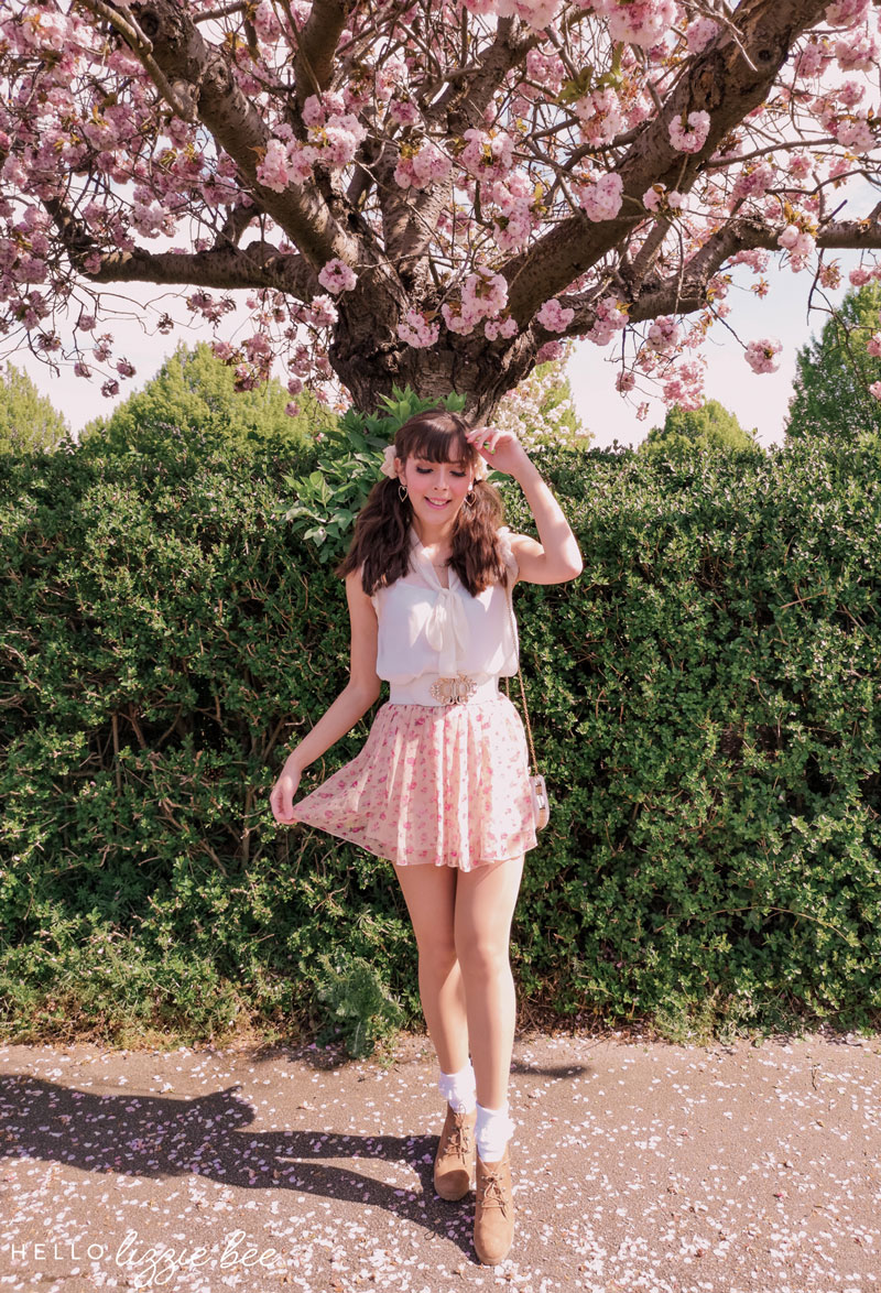 Casual himekaji outfit with pink floral skirt via hellolizziebee