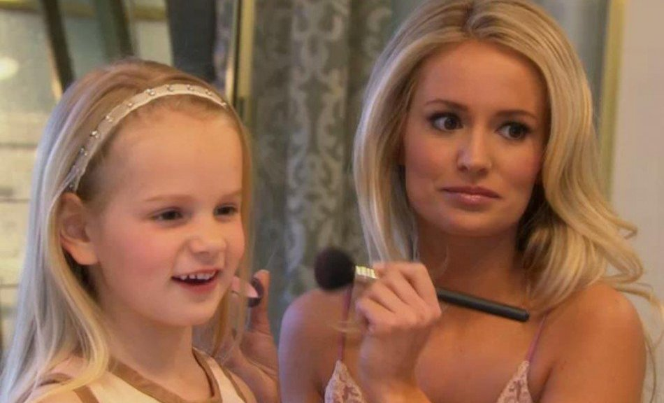 Emily Maynard applies makeup to her daughter, Ricki on the Bachelorette.
