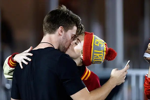 https://i0.wp.com/www.hellomagazine.com/imagenes/celebrities/2014111421895/miley-cyrus-kissing-patrick-schwarzenegger/0-115-424/miley-cyrus--z.jpg
