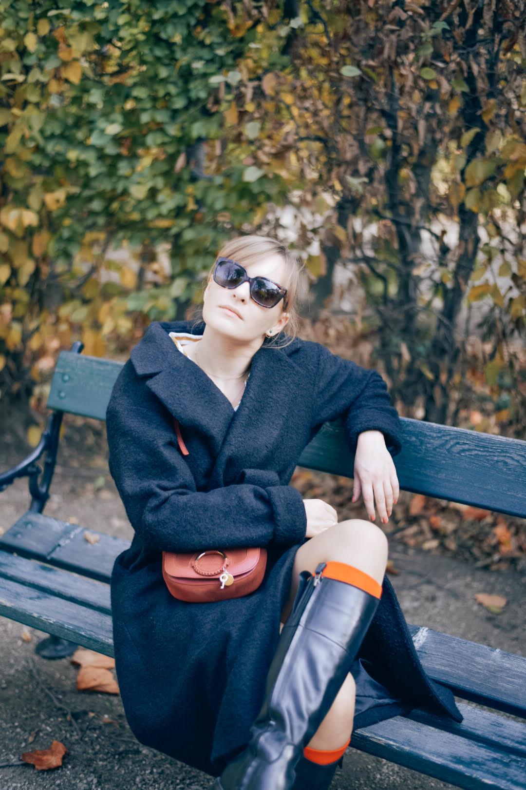 Herbst/Winter Outfit mit Oversize-Mantel, Stiefeln und roten Akzenten
