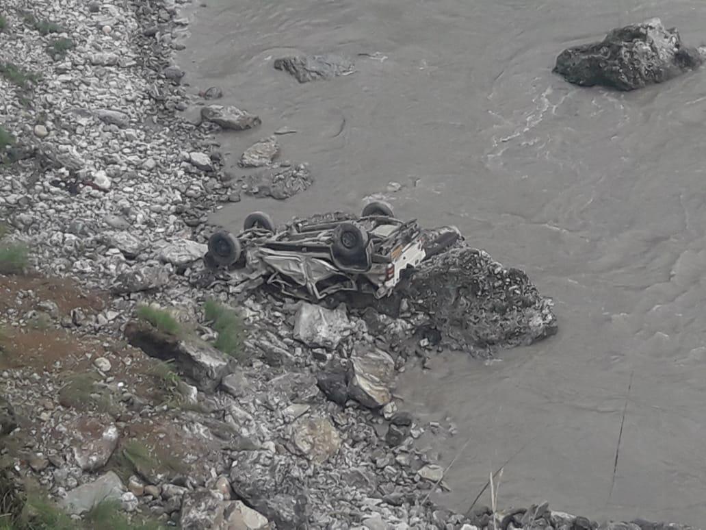 राष्ट्रीय राजमार्ग बलुवाकोट के पास चट्टान खिसकने से चपेट में आया एक वाहन नदी में समाया 2