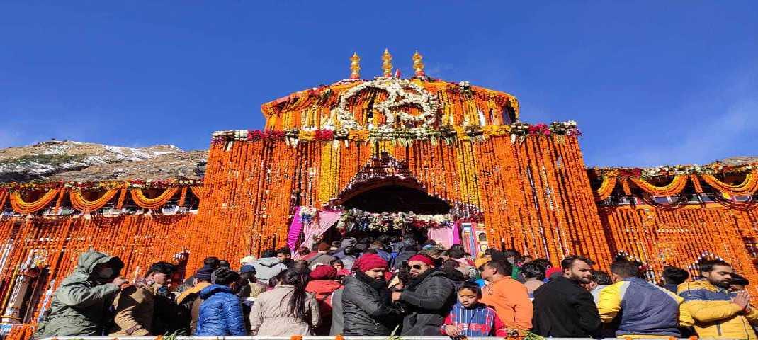 19 नवंबर 2020, बाबा बद्रीनाथ के कपाट बंद करने के दौरान के दृश्य, मुख्य पुजारी अपना मुख भगवान बदरी विशाल के ओर कर अपने निवास तक उल्टे कदम आते हुए 2