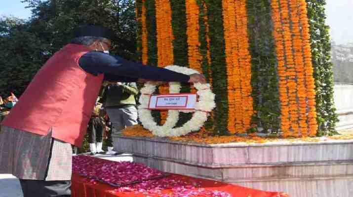 मुख्यमंत्री त्रिवेन्द्र सिंह रावत ने विजय दिवस के अवसर पर गांधी पार्क देहरादून में शहीद स्मारक पर किए पुष्पचक्र अर्पित 1