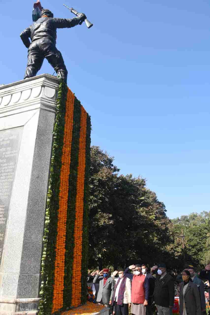 मुख्यमंत्री त्रिवेन्द्र सिंह रावत ने विजय दिवस के अवसर पर गांधी पार्क देहरादून में शहीद स्मारक पर किए पुष्पचक्र अर्पित 3