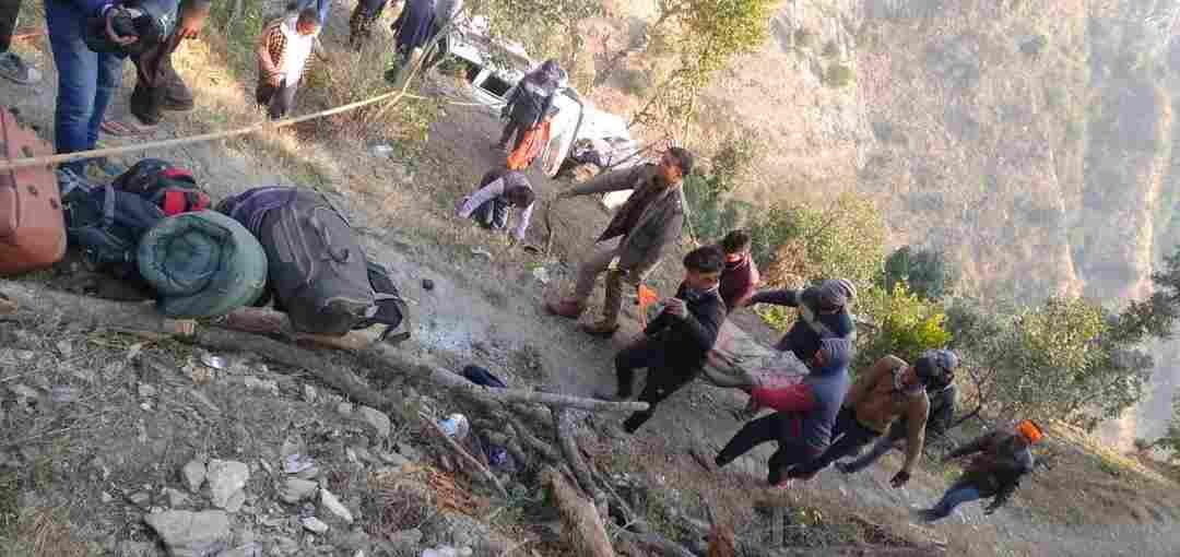 दिल्ली से द्वाराहाट आ रही टाटा सूमो बनकोटा मछौड़ के पास अनियंत्रित होकर 50 मीटर खाई में जा गिर, 2 की मौत, 5 घायल 2