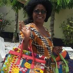 Gina op weg om de handtassen te verkopen