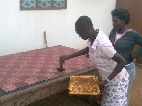 Onze leerling mag zelf aan de slag met batik