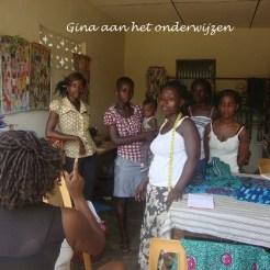 Gina die de leerlingen helpt en instructies geeft in het leren zelfstandig zijn