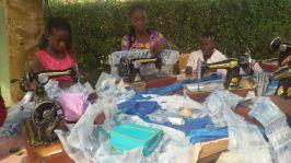 De plastic waterzakjes aan elkaar naaien