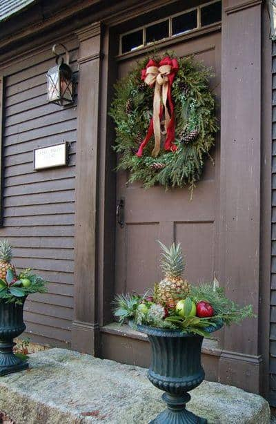 stunning-christmas-front-door-decor-ideas-39