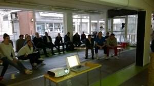 Vuosikokousväki kuuntelee esitystä seuran tilanteesta ja tulevaisuudennäkymistä.