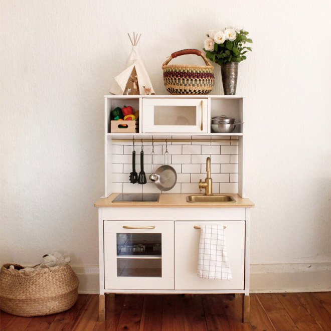 ikea keukentje, mini keuken, spelen, kinderkeuken, wit, hout, : Ikea, ikea hacks, ikea hack, ikea kids hacks, kidsroom, kidsdecoratie, hacks, hack, diy, goud, gold, golden details, behang, diy ikea keukentje, diy ikea kitchen, duktig kitchen, duktig keuken, playtime