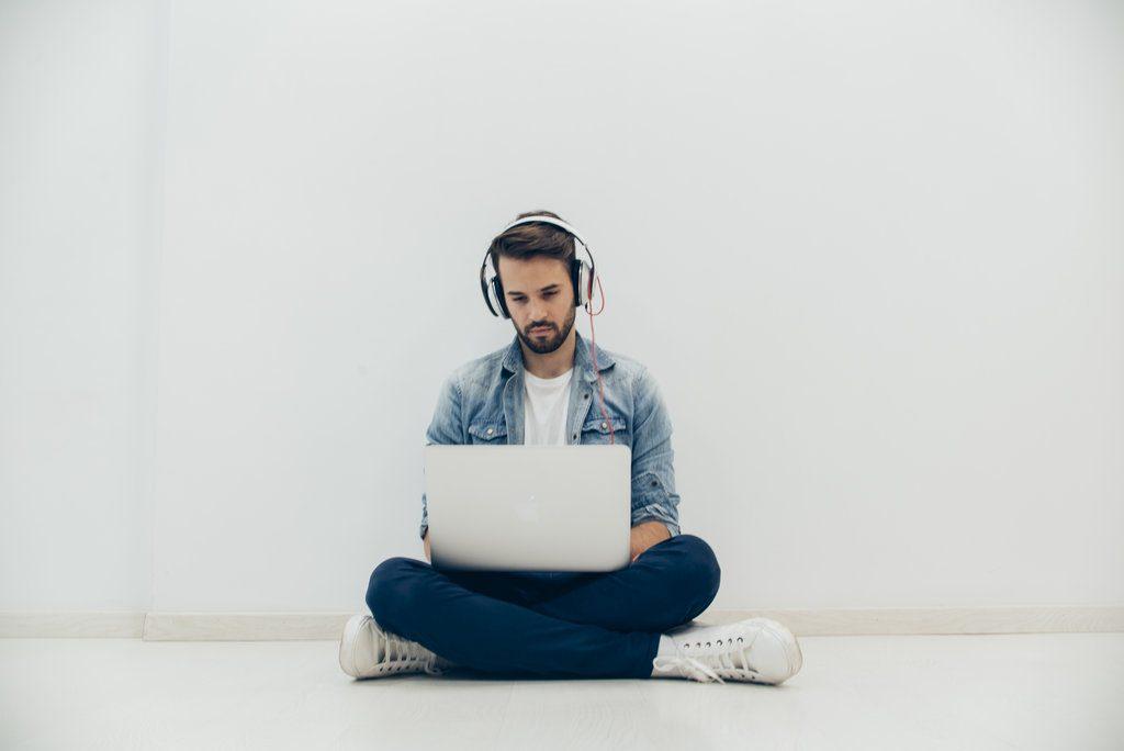 homme-écoute-musique-en-travaillant