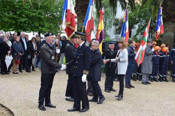 salut-porte-drapeaux-sous-prefet-maire-kehrig-1ere-adjointe_08.05.2019