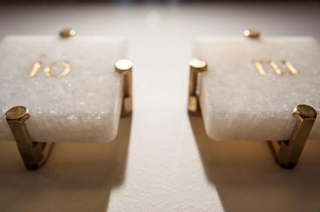 marmo, foglia d'oro, ottone e legno per i supporti (26x11x4 cm installata)