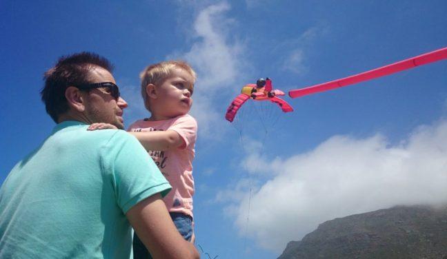 Micha en Henk bij het vliegerfestival in Muizenberg