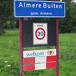 Wandelen door groen en langs architectuur in Almere Buiten
