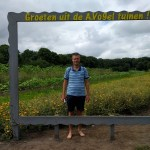Wandelen op het blote voetenpad in A. Vogeltuinen 't Harde