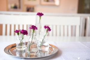 Fotograf falköping, tvåårskalas, balloger, bordsdekorationer, liljor, tegelvägg, kalas, skaraborg