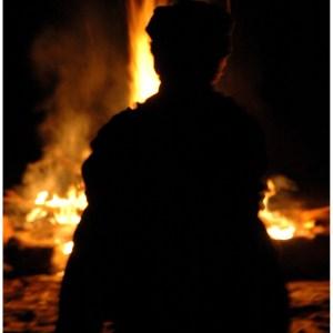 Bivouac près du feu dans le Domaine du Marquenterre