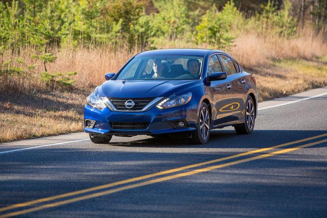 2016-Nissan-Altima-SR-front-three-quarter-in-motion-02
