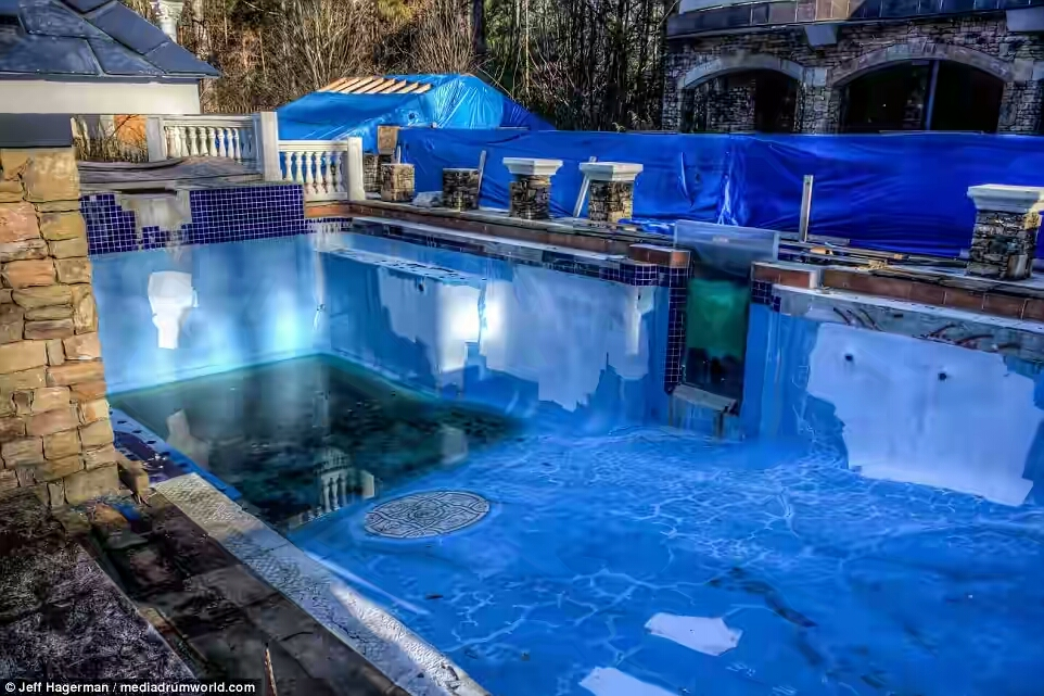 3a9b79c200000578-3956748-only_a_puddle_of_murky_rainwater_remains_in_the_pool_after_the_m-a-1_1479728386531