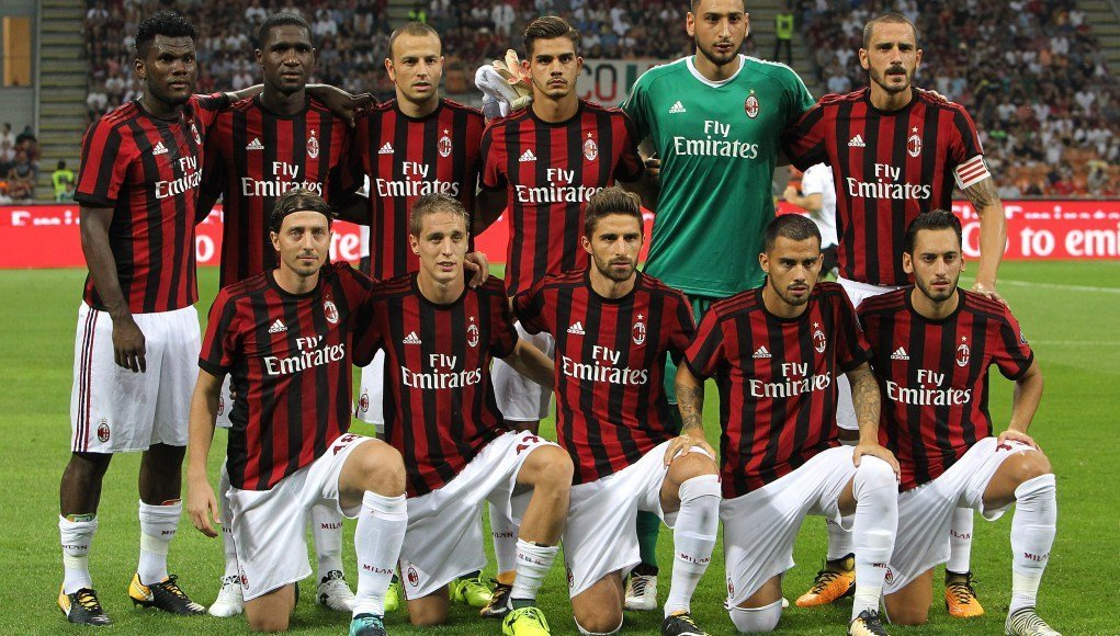 MILAN, ITALY - AUGUST 17:  AC Milan team line up before the UEFA Europa League Qualifying Play-Offs round first leg match between AC Milan and KF Shkendija 79 at Stadio Giuseppe Meazza on August 17, 2017 in Milan, Italy.  (Photo by Marco Luzzani/Getty Images)