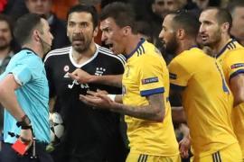 Buffon angry at Michael Oliver
