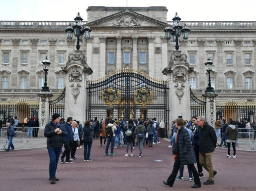 Man desperately forces his way into Buckingham Palace