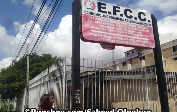 protest-to-EFCC-office1.jpg