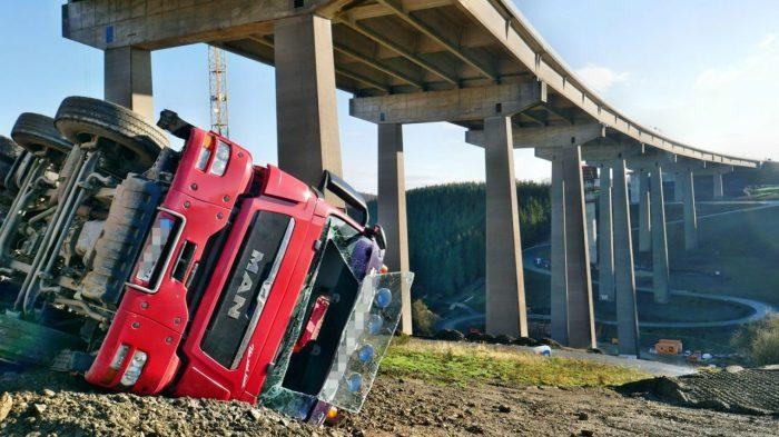 LKW in Rinsdorf umgestürzt