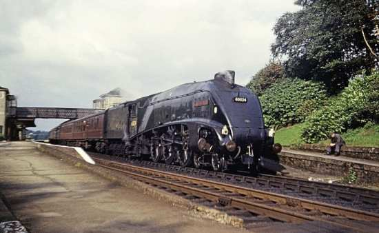 The fireman of A4 4-6-2 No. 60024 Kingfisher takes a breather at Gleneagles on August 22, 1966 during a stop of the 1.30pm Aberdeen – Glasgow Buchanan St service.
