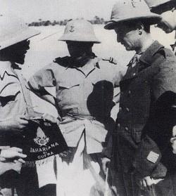 Leclerc reçoit à Koufra le fanion  de la Sahariana italienne