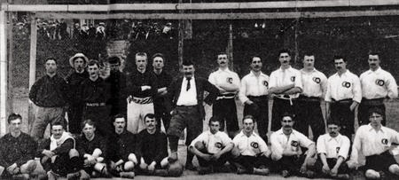 Les équipes de Belgique et de France avant leur premier match, le 1er mai 1904
