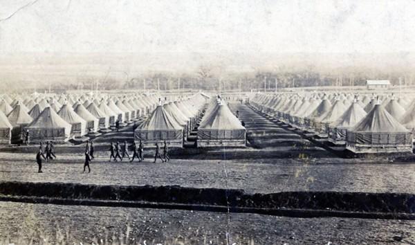 Le camp d'entraînement de l'armée américaine Funston, situé au Kansas, a longtemps été considéré comme le foyer de l'épidémie aux Etats-Unis, en mars 1918, Nicolas Mignon, coll. privée, DR. L'agrandissement montre les soldats américains atteints par la grippe dans ce même camp en 1918