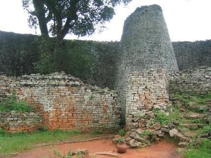 Les ruines du Grand Zimbabwe aujourd'hui ; agrandissement : les ruines de Bibracte aujourd'hui