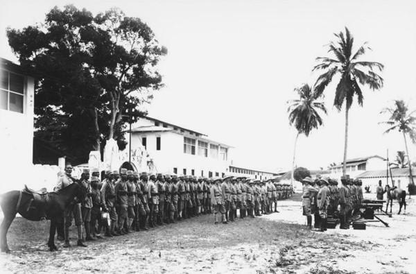 Une compagnie formée de volontaires indigènes, Afrique orientale allemande, 1914, Walther Dobbertin, Archives fédérales allemandes.