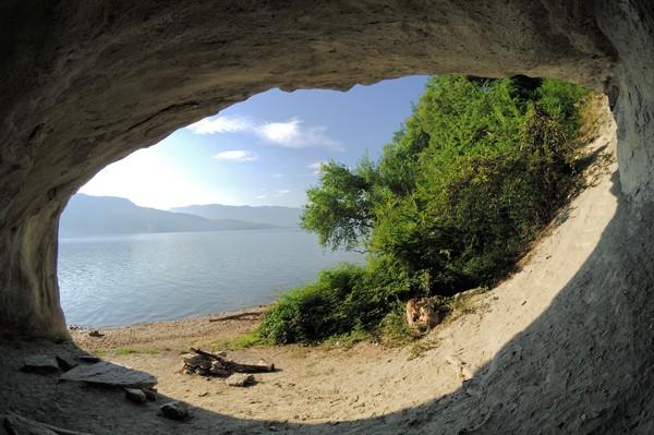 Lamartine a passé de nombreuses heures dans cette grotte à contempler le lac du Bourget avec Julie Charles avant d'écrire le poème « Le lac », où il rend hommage aux souvenirs de son idylle et à la beauté de ce lieu sauvage.