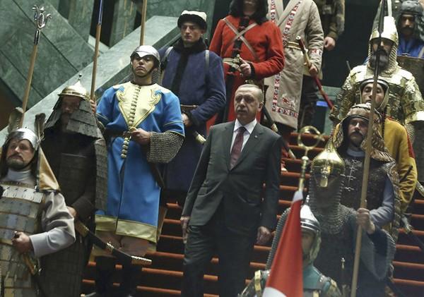 Erdogan et sa garde prétorienne ottomane, AFP, DR. L'agrandissement montre une fanfare ottomane et une banière à l'effigie du sultan Mehmet II lors des commémorations de la prise de Constantinople, le 30 mai 2015 à Istanbul, Murad Sezer, AFP, DR.