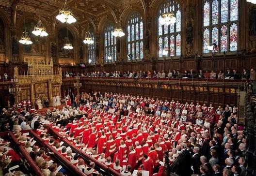 La reine Elizabeth II lit son discours du Trône devant la chambre des Lords (2011)